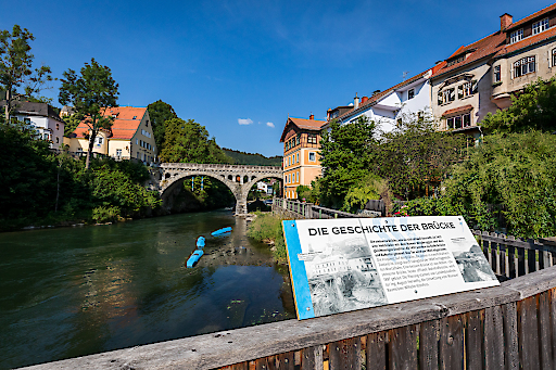 """Der Ausstellungsrundgang zu """"400 Jahre Schwarzenberg in Murau"""" führt auch an der malerischen Murpromenade entlang, an der es viele Sehenswürdigkeiten und interessante Facts zu entdecken gibt."""