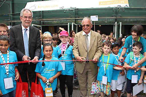 https://www.apa-fotoservice.at/galerie/9684 Im Bild vlnr..: BP Alexander Van der Bellen und Heinz Engl (Rektor der Universität Wien) mit Kindern bei der Eröffnung der KinderuniWien