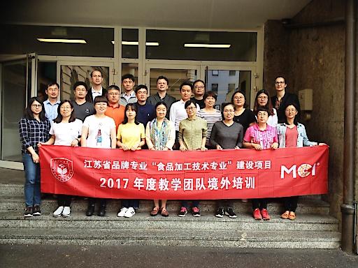 Die Delegation des chinesischen JFPC Colleges am MCI. Vorne Bildmitte JFPC-Vizerektorin Weiwei Zhai, hinten Bildmitte MCI-Koordinatior Vladan Antonovic, hinten rechts MCI-Studiengangsleiterin Katrin Bach.