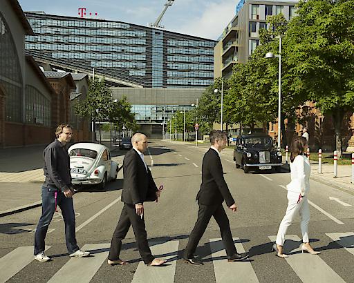 #AbbeyRoadChallenge: Die Geschäftsführung von T-Mobile Austria – Andreas Bierwirth, CEO, Rüdiger Köster, CTO, Gero Niemeyer, CFO, Maria Zesch, CCO (v.l.n.r.) – zollen den Beatles Respekt.