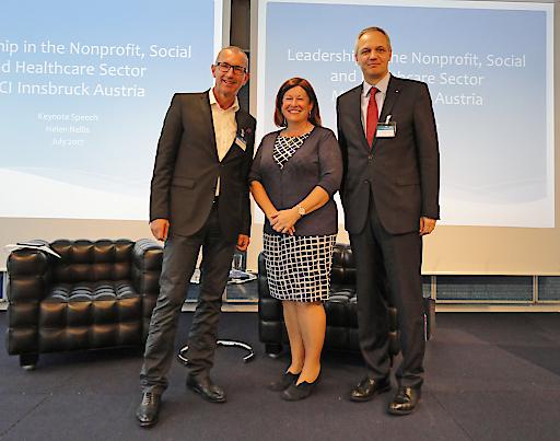 Helen Nellis, Lord Lieutenant of Bedfordshire (Bildmitte) gemeinsam mit MCI-Rektor Andreas Altmann (links) und Prof. Siegfried Walch, Leiter des MCI-Departments Nonprofit-, Sozial- & Gesundheitsmanagement (rechts).