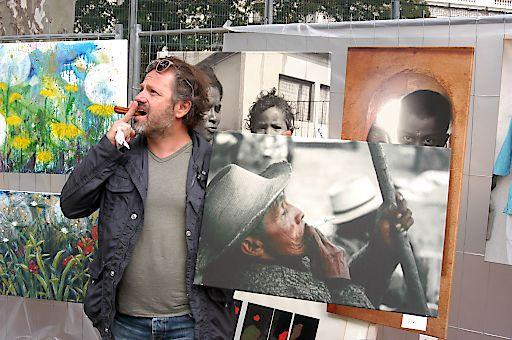 Börseviertel StreetArt Kunst am Zaun ist kuratiert und hebt sich von Kunstflohmärkten deutlich ab. Börseviertel StreetArt – Kunst am Zaun ist tatsächlich die größte kuratierte Open Air Galerie Europas wo sich Verkäufer (Im Bild Karl Hans Polzhofer, Galerie Neue Wiener Werkstätte) und Kunstinteressierte im öffentlichen Raum begegnen.