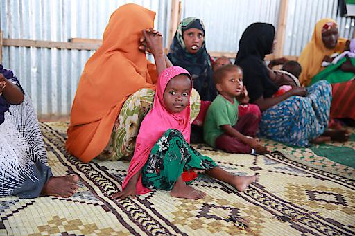 """Nothilfe von SOS-Kinderdorf in über 25 Ländern: aktuell z.B. durch lebensrettende Wasserversorgung und Nahrung in den von Dürre und Hunger schwer betroffenen Ländern Ostafrikas, durch kostenlose medizinische Betreuung von Kindern und Familien in Mogadischu und Baidoa (im Bild) in Somalia oder durch """"child friendly spaces"""" in vielen Krisenregionen als geschützte Spiel- und Lernräume für Kinder."""