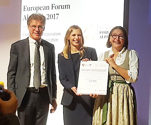 MCI-Preisträgerin Verena Schallhart (Bildmitte) nimmt die Gratulationen von Konrad Bergmeister, Präsident der Freien Universität Bozen, und der Tiroler Landesrätin Christine Bauer entgegen.