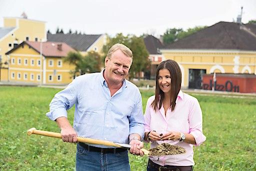 Die Stiegl-Eigentümer Heinrich Dieter und Alessandra Kiener kümmern sich intensiv um die Bodengesundheit, denn für sie beginnt Bierbrauen schon im Boden. Bildnachweis: Foto Scheinast / Abdruck honorarfrei!