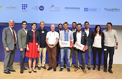 Gruppenfoto mit den TeilnehmerInnen des diesjährigen Falling Walls Lab Austria und den Moderatoren Wolfgang Knoll, Jürgen Mlynek und Hermann Hauser.