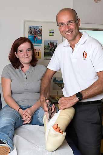 5 Wochen nach der OP: Univ.-Prof. Dr. Hans-Jörg Trnka entfernt den Gips der Patientin, kontrolliert den Heilungsverlauf und legt einen neuen Gehgips an – für weitere 3 Wochen.