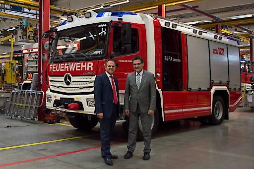 Ing. Klaus Tonhäuser (Geschäftsführer Rosenbauer Deutschland GmbH) und Christoph Unger (Präsident des deutschen Bundesamts für Bevölkerungsschutz und Katastrophenhilfe)