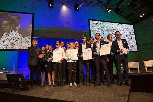 Kürten die Preisträger des DBS-Awards 2017: Die Fachjury, besetzt von elf Vertretern der Bau- und Immobilienbranche, und Moderator Daniel Cronin.