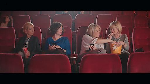 Freundinnen im Kino