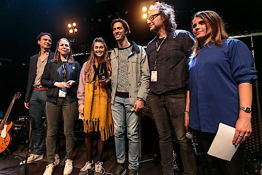 """Der erste """"XA"""" wurde an Cari Cari verliehen: Franz Hergovich und Tatjana Domany (music austria), Cari Cari - Stephanie Widmer und Alexander Köck, Thomas Heher (Festivaldirektor Waves Vienna) und Moderatorin Nina Heinrichs (vlnr)."""