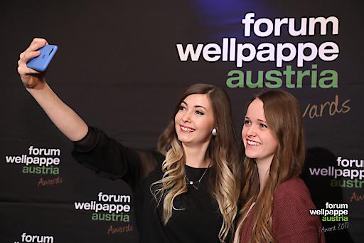 Lehrlinge Marina Hollaus (Rondo Ganahl St. Ruprecht), Simone Bruckmüller (Mondi Grünburg) gewinnen in der Kategorie Nachwuchs der Wellpappe Austria Awards 2017.