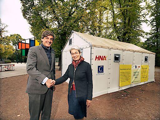 C-QUADRAT Vorstand Cristobal Mendez de Vigo und Bettina Reiter, Vizepräsidenten Respekt.net vor einem Better Shelter im Wiener Stadtkpark.