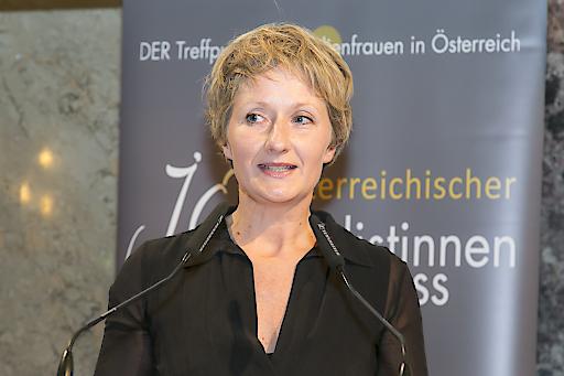 Barbara Tóth ist für die Medielöwin in Silber nominiert. Hier bei der Verleihung der Medienlöwin 2016, als der Falter mit dem Medienlöwen ausgezeichnet wurde.