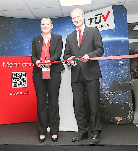 v.l. Vizebürgermeisterin Dr. Sabine Naderer-Jelinek, Dr. Stefan Haas, CEO TÜV AUSTRIA Group, bei der offiziellen Eröffnung des neuen Standorts der Unternehmensgruppe in Oberösterreich.
