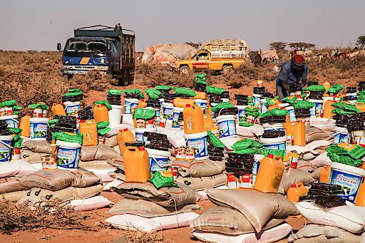 Tonnen von Lebensmitteln werden an die von jahrelanger Dürre besonders betroffenen Regionen geliefert.
