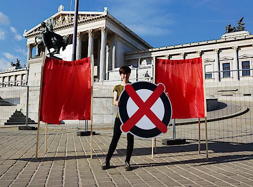 Flora Petrik mit ihrer Wahlkabinentour vor dem Parlament in Wien.