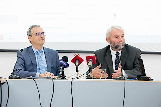 Der neue Tarifkalkulator bietet erstmals auch Angebotsvergleiche für PV Überschusseinspeiser und Haushalte mit Smart Meter Im Bild: Wolfgang Urbantschitsch und Andreas Eigenbauer, die beiden Vorstandsmitglieder der E-Control (v.l.).