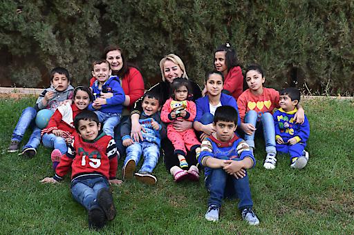 Endlich zuhause! Die ersten 12 Kriegswaisen sind mit ihren SOS-Kinderdorf-Müttern ins SOS-Kinderdorf Saboura bei Damaskus eingezogen. Insgesamt werden dort 80 Kinder ein liebevolles, bleibendes Zuhause und auch psychologische Unterstützung bekommen.