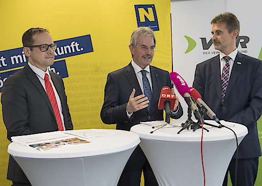 Landesrat Wilfing (Mitte), VOR-Geschäftsführer Schroll (rechts) und ÖBB-RM-Ost-Leiter Elsner stellen die kommenden Angebotserweiterungen im Bahnverkehr vor.