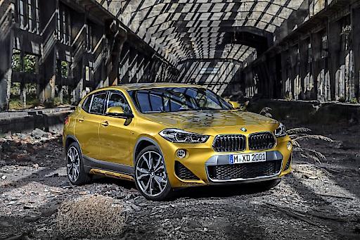 Ein Designmerkmal fällt besonders ins Auge: Die BMW Doppelniere kehrt im BMW X2 die bisher bekannte Trapezform um und wird nach unten hin breiter.