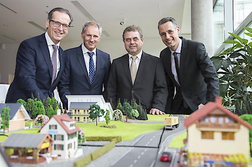 Forschen und arbeiten gemeinsam an einer sicheren Energieinformatik (v.l.n.r.): Wolfgang Schneider (Siemens), Roland Wernik (Salzburg Wohnbau), Walter Tenschert (Salzburg Netz GmbH), und ZSE-Leiter Dominik Engel (FH Salzburg).