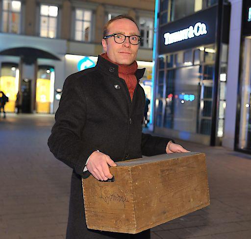 Mag. Johannes Rath liefert persönlich den Mini-Met zu Tiffany Co. am Kohlmarkt