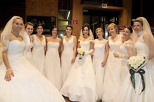 Die Bräute in ihren wundervollen Kleidern
