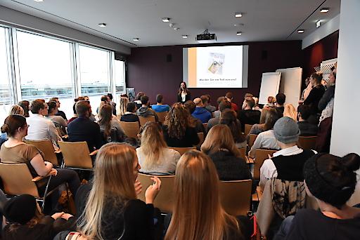 60 nationale und internationale Unternehmen präsentierten sich beim MCI Recruiting Forum 2017 als attraktive Arbeitgeber. Die Arbeitgeber stellten ihre Unternehmen nicht nur an Infoständen vor, sondern auch in ausgezeichnet besuchten Vorträgen (Bild).