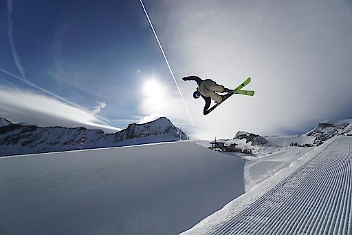 Spektakuläre Jumps und Tricks sind derzeit in der Superpipe am Kitzsteinhorn zu sehen, wo sich die Weltelite der Halfpipe-Fahrer auf Olympia vorbereitet. - ©artisual