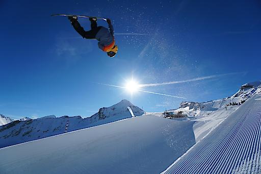 Bei top Bedingungen in der Superpipe am Kitzsteinhorn zeigen Pros aus aller Welt, was sie drauf haben. - © Balazs Kovacs