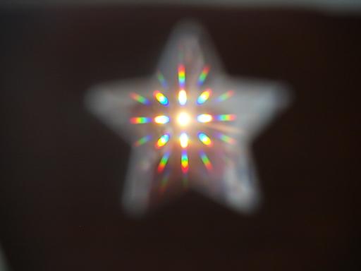 Lichter in Sternform bei Blick durch selbst gebaute Regenbogenbrille