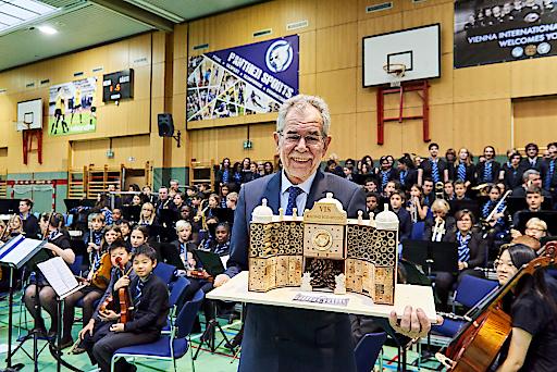 Bundespräsident Dr. Alexander Van der Bellen mit dem Insektenhotel-Geschenk der SchülerInnen