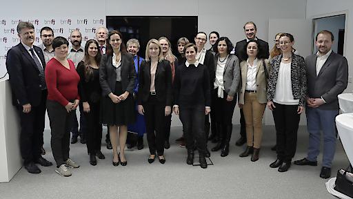Bundesministerin Sophie Karmasin mit den Vertreterinnen und Vertretern des Familienpolitischen Beirates.