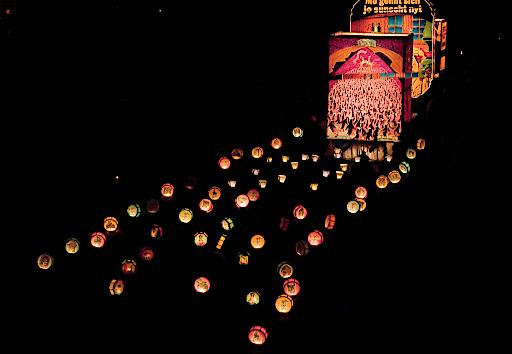 Die grossen und kleinen Laternen sind die einzigen Lichtquellen am Morgestraich.