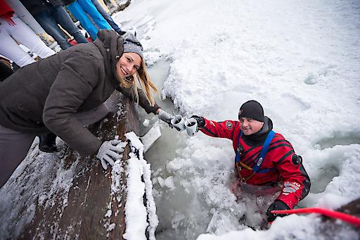 https://www.apa-fotoservice.at/galerie/11482 Beim Hinübergehen vom Jägerwirt zur Halbinsel hat das Eis gehalten. Es war sehr matschig, aber kein Problem für den Mutigen. Somit ist die Eiswette eigentlich gewonnen. Beim Zurückgehen ist der Feuerwehrmann kurz vor dem Bootssteg eingebrochen. Da er aber einen Trockenanzug anhatte, gab es sogar noch einen Glühwein im Eiswasser. Beim Hinübergehen vom Jägerwirt zur Halbinsel hat das Eis gehalten. Es war sehr matschig, aber kein Problem für den Mutigen. Somit ist die Eiswette eigentlich gewonnen. Beim Zurückgehen ist der Feuerwehrmann kurz vor dem Bootssteg eingebrochen. Da er aber einen Trockenanzug anhatte, gab es sogar noch einen Glühwein im Eiswasser.