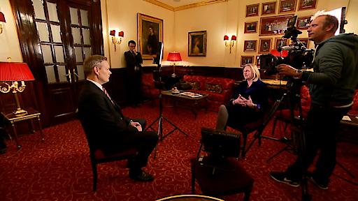 Außenministerin Karin Kneissl im Exklusivinterview mit den Servus Nachrichten 19:20 Uhr