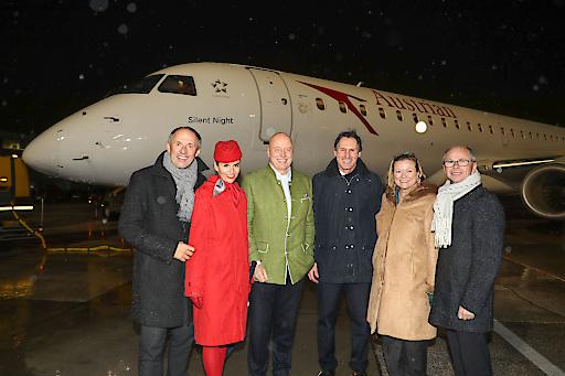 """Doppelt hält besser: Bei der Segnung der Austrian Airlines Maschine """"Silent Night"""" kam das Weihwasser auch von oben."""