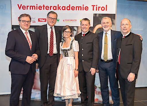 Freuen sich über die neue Partnerschaft: (v.l.) LH Günther Platter, Dr. Johannes Ortner (Raiffeisen Landesbank Tirol AG), Katrin Perktold, Stefan Jenewein (Raiffeisenbank Neustift), Gerhard Föger und Anton Habicher (Land Tirol - Tourismusabteilung).