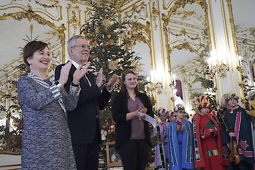 Bundespräsident Alexander Van der Bellen und Ehefrau Doris Schmidauer applaudieren den Sternsinger/innen.
