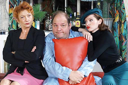 Ein Schluck zuviel: Im Bild v.l.n.r.:Elisabeth Osterberger, Gerald Pichowetz, Roswitha Straka
