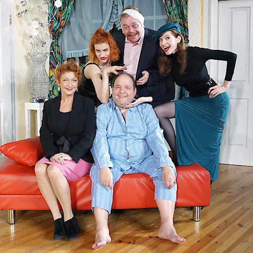 Ein Schluck zuviel - Im Bild v.l.n.r.: am Sofa: Elisabeth Osterberger, Gerald Pichowetz; dahinter: Lisa-Lena Tritscher, Robert Notsch, Roswitha Straka