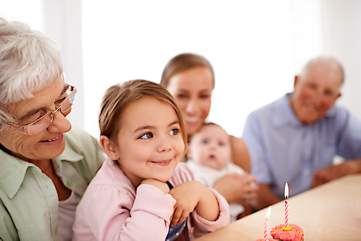 """Liebste Oma, bester Opa - nicht nur zur Weihnachtszeit. Die Verwendung dieses Bildes ist für redaktionelle Zwecke honorarfrei, es darf jedoch nur im Zusammenhang mit der Pressemeldung und Quellenangabe veröffentlicht werden. Weiterer Text über ots und www.presseportal.de/nr/54201 / Die Verwendung dieses Bildes ist für redaktionelle Zwecke honorarfrei. Veröffentlichung bitte unter Quellenangabe: """"obs/Wort & Bild Verlag - Baby und Familie/486421489 Getty-istock"""""""