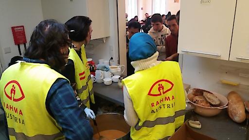 """Rahma Austria verteilt warme Suppe in der Wärmestube von """"wieder wohnen"""""""