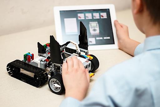 Bei RoboManiac lernen Kinder und Jugendliche spielerisch neue Technologien kennen. Bei RoboManiac lernen Kinder und Jugendliche spielerisch neue Technologien kennen.