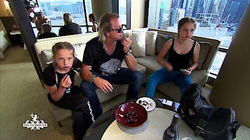 """Nächster Stop Hongkong: Carmen hat bereits vorab eine Überraschung für ihre beiden Töchter organisiert. Doch dafür müssen Shania und Davina früh aus den Federn. Die Mädchen sind skeptisch, ob sich das wirklich lohnt. """"Die Geissens - Eine schrecklich glamouröse Familie!"""": Montag, 15. Januar 2018, um 20:15 Uhr bei RTL II / © RTL II - Recht zum Abdruck/Darstellung zeitlich/sachlich beschränkt auf die Bewerbung der Sendung."""