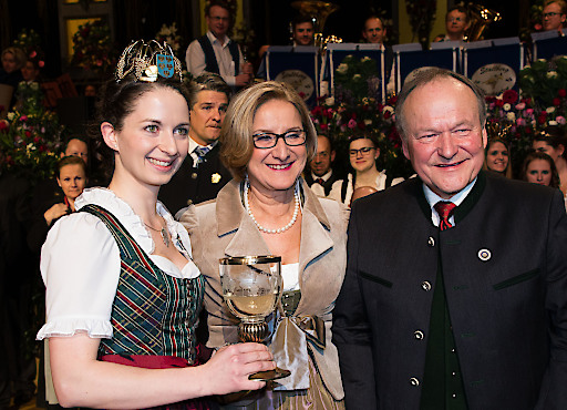 Traditionell wurde ein Kelch mit Wein gereicht: NÖ Landesweinkönigin Julia I. mit Ballobmann Stefan Jauk, Landeshauptfrau Johanna Mikl-Leitner und NÖ Bauernbundobmann Hermann Schultes bei der Eröffnung.