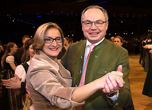 Schwangen das Tanzbein: Landeshauptfrau Johanna Mikl-Leitner und ihr Vize Stephan Pernkopf.