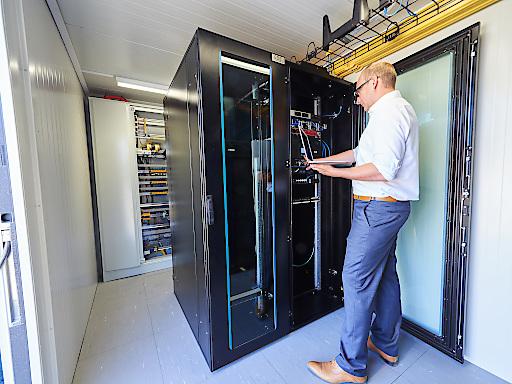 """Der Data Center Container von EPS ist ausgestattet mit der modernsten IT-Infrastruktur inklusive IT-Klimaanlage und 19"""" Serverschränken. Großer Vorteil dieser Lösung ist die hohe Flexibilität und Mobilität."""