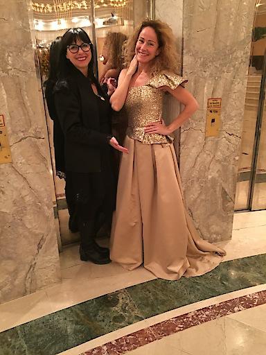 Sandra Pires trägt beim Ball Imperial im Casino Baden bei der Mitternachtseinlage ein goldenes Ensemble von andrea-m